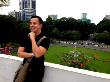 """posing for some """"Italian fashion magazine"""" (hahaha!) at the top of reunification palace"""