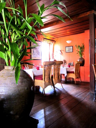 use of natural light makes this restaurant  have a very relaxing ambience
