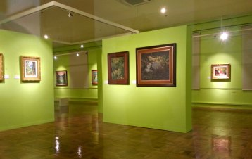 first time to see a lettuce-green-colored gallery. i love it!