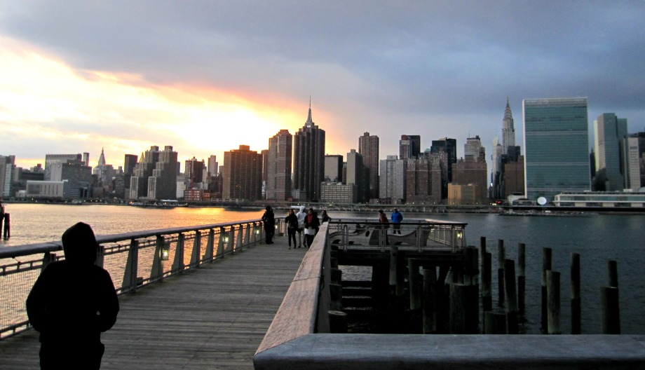water front promenade with the spectacular view of midtown manhattan skyline